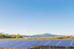 Solenergipaneler, Photovoltaic enheter för innovation gör grön en Arkivfoton