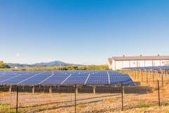 Solenergipaneler, Photovoltaic enheter för innovation gör grön en Royaltyfri Bild