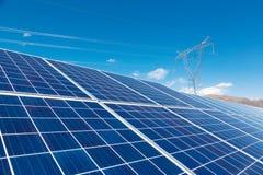 Solenergiväxter och makttorn Arkivfoton
