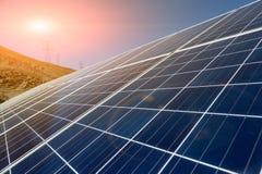 Solenergiväxter och makttorn Arkivbilder