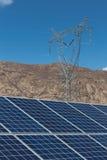 Solenergiväxter och makttorn Arkivbild