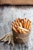 Soleni chlebowi kije z pszenicznymi ucho na drewnianym stole zdjęcia royalty free