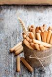 Soleni chlebowi kije z pszenicznymi ucho na drewnianym stole obrazy royalty free