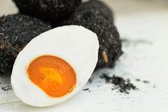Soleni kaczek jajka na białym drewnianym tle Obrazy Royalty Free