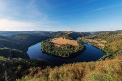 Solenice krökning på den centrala Bohemia för flodVltava iin regionen royaltyfria foton