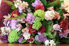 Solenny bukiet kwiaty dla pięknych dam, wiązka róże Zdjęcia Royalty Free