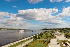 Solenny niebo nad wielkim Rosyjskim rzecznym Volga blisko Yaroslavl Cl fotografia stock