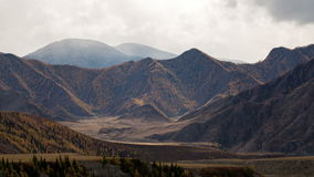 Solens strålflyttningen i berglandskap arkivfilmer