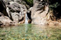 Solenzara,与一个小湖的瀑布 免版税图库摄影