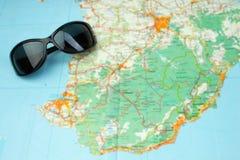 Solexponeringsglas på världskartan Begreppet av turism Top beskådar Arkivfoto
