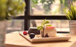 Solf和blured 蛋糕巧克力查出的白色 免版税库存照片