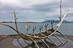 Solfar solresande är enorm stålskulptur av det viking fartyget Arkivbilder