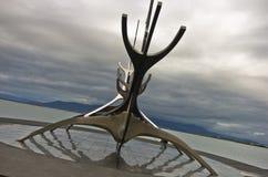 Solfar solresande är enorm stålskulptur av det viking fartyget Arkivfoto