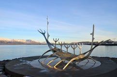 Solfarbeeldhouwwerk (Zonreiziger) in Reykjavik Stock Afbeeldingen