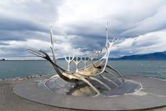 Solfarid ist eine moderne Skulptur eines Wikinger-Schiffs Lizenzfreie Stockfotografie