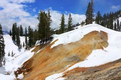 Solfatare mit Frühlings-Schnee, vulkanischer Nationalpark Lassens, Kalifornien stockbilder