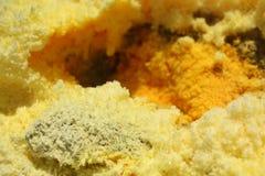 Solfori il fumo ed i cristalli sull'isola di Vulcano, Sicilia immagine stock