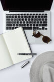 Solglasögon, anteckningsbok, penna och datortangentbord på vit backgr Royaltyfria Foton