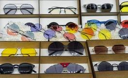 Solglasögon av olika former och färger Trendig solglasögon som skyddar ögon från ultravioletta strålar arkivbilder