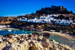 Solglasögon för absolut stil i sommaren, foto som tas från den Kleovoulos gravvalvkullen royaltyfria bilder