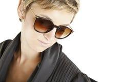 solglasögon för modeflickastående Arkivfoto