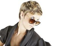 solglasögon för modeflickastående Arkivbilder
