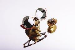 Solglasögon i en röd ram med runda linser i en sammansättning på spegeln royaltyfri fotografi