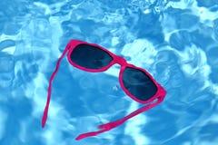 Solglasögon i vatten royaltyfri fotografi
