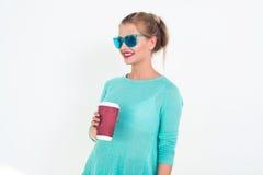 Solglasögon och överkant för mintkaramell för kvinna bärande blå med den smutsiga frisyren som ler Stående av den blonda glamorös Fotografering för Bildbyråer
