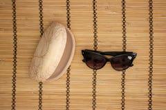 Solglasögon och fall på träbakgrund arkivfoto