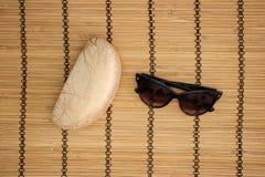 Solglasögon och fall på träbakgrund royaltyfri bild