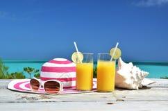 Solglasögon och orange fruktsaft Royaltyfri Bild