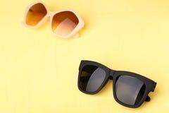 Solglasögon på den gula trätabellen Royaltyfri Fotografi