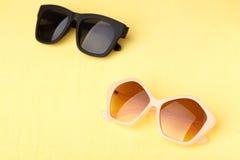 Solglasögon på den gula trätabellen Royaltyfria Foton