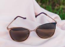 Solglasögon på en flicka Arkivfoto