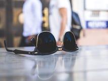 Solglasögon på en kafétabell fotografering för bildbyråer
