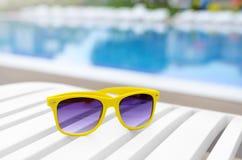 Solglasögon på en soldagdrivare Arkivfoto