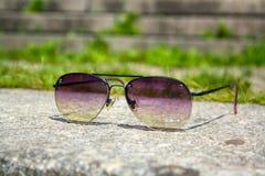 Solglasögon på en sten Arkivfoto
