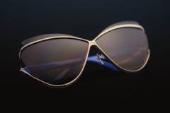 Solglasögon på en svart bakgrund royaltyfria bilder