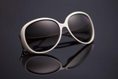 Solglasögon på en svart bakgrund arkivfoton