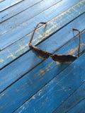 Solglasögon på en trätabell royaltyfri bild