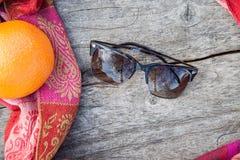 Solglasögon på en trätabell Arkivbild