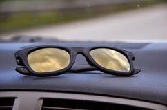 Solglasögon på instrumentbrädan Arkivfoto