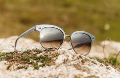 Solglasögon på jordningen Fotografering för Bildbyråer