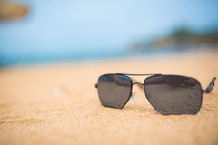 Solglasögon på kusten Arkivfoto