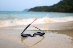 Solglasögon på stranden Royaltyfria Foton