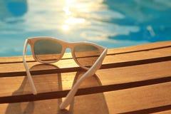 Solglasögon på träplankor royaltyfri fotografi