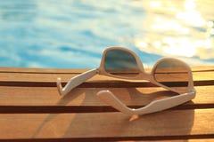 Solglasögon på träplankor fotografering för bildbyråer