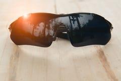 Solglasögon på wood tabellbakgrund Arkivfoto