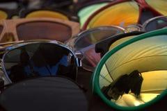 Solglasögon som bakgrund Arkivfoton